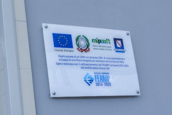 Foto della targa di Ittica Buonocore dove si attesta l'utilizzo di fondi europei
