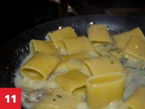 Mantecate la pasta con la crema di patate e vongole con erba cipollina