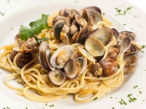 Porzioni di spaghetti con i lupini di mare