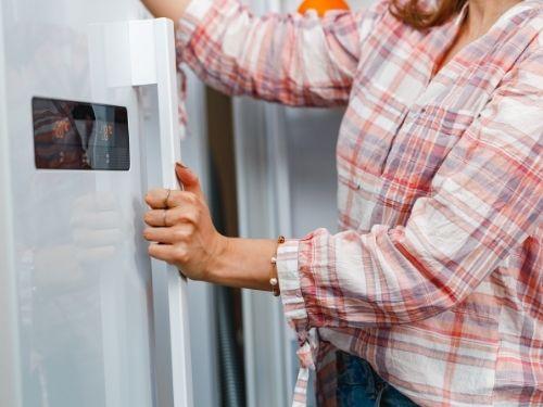 Dona apre frigo per conservare le cozze